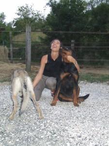 Laura Rossin con due cani