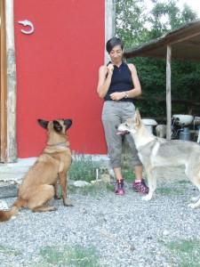 Laura Rossin gioca con i cani